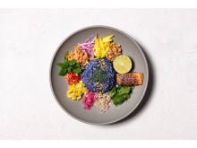 一度見たら忘れられない!色鮮やかな青いご飯を使ったライスサラダが新登場