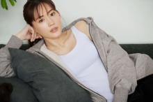 綾瀬はるか、濡れたシャツを脱ぎブラトップ姿に「ま、大丈夫か」 ユニクロ新CM
