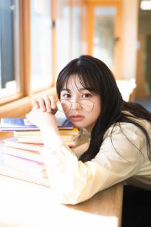 NGT48本間日陽、初写真集の発売日決定「お待たせしました!」 笑顔から彼女感まで多彩な魅力