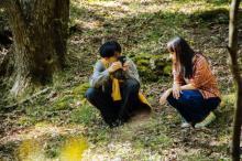 成田凌&清原果耶、写真を撮りあいっこするメイキングカット