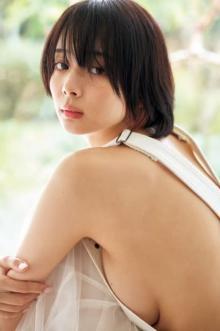 プロ雀士・岡田紗佳、久々グラビアで艶やかバストライン披露