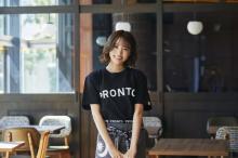 志田友美、「PRONTO」新ロゴ&ユニのビジュアルモデル起用「オシャレすぎて働いてみたい!」