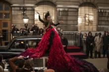 """エマ・ストーンが着こなす""""クルエラ""""ファッション、ロングトレーンが圧巻の存在感"""