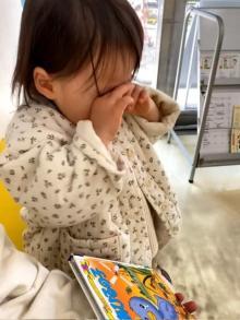 『みにくいあひるの子』を初めて読んだ2才の女の子が号泣… ピュアすぎる姿に80万再生「愛おしすぎる」「心洗われた」