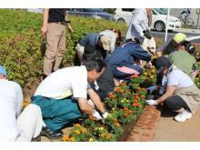 「千葉大学」学生らと一緒に花壇をつくろう!「春の花植えイベント」が開催