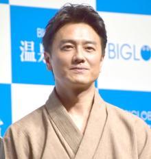 原田龍二、5月に渡米する18歳長男と笑顔の2ショット 初スーツ姿に成長感じ「胸を熱くしていました」