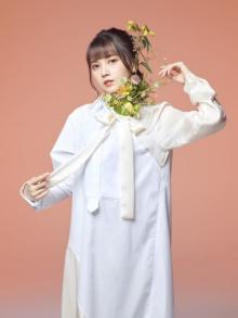 声優・鬼頭明里、初ミニアルバム発売決定 アー写真一新で花が印象的な一枚