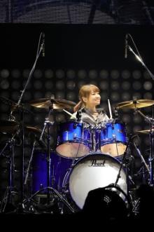大橋彩香、初のアリーナ公演で熱唱「皆さんの翼に」 ドラムのソロ、トロッコなど演出多数 【セットリストあり】