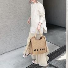 「マルニのラフィアバッグ」のデザインに心を奪われた。おしゃれすぎるバッグと夏を共にしたい人が急増中です