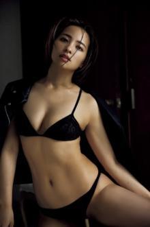 水崎綾女、9年ぶりグラビアでオトナの色気 ライダース×ランジェリーでツヤ肌あらわに