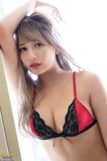 「ミスマガ2020」新井遥、クール系正統派ギャルに変身 ビキニ&制服をアゲアゲアピール