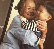 ひ孫を溺愛、100歳ひいばあちゃんのパワフルな姿に感動の声「お互いにとってなくてはならない存在」