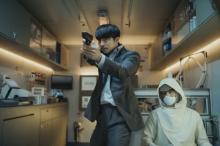"""コン・ユ、映画『SEOBOK/ソボク』での""""頼れる男""""の姿 場面写真解禁"""