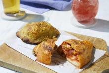 鮮やかな見た目からも食欲がそそられそう…。プリンチからイタリアで親しまれている「カルツォーネ」がお目見え
