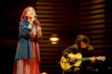 LiSA出演『SONGS』収録カット4点公開 「炎」をオーケストラアレンジで歌唱