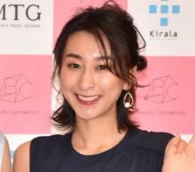 浅田舞、美デコルテあらわなドレス姿でポージング「女神さま降臨しました」「鎖骨セクシーやな」