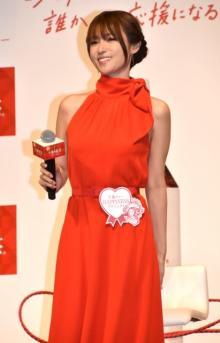 """深田恭子、真っ赤なワンピ姿で魅了 ノースリーブから""""美腕""""チラリ"""