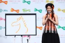 土屋太鳳、二の腕あらわの衣装に照れ「アートを意識」 『日本ダービー』記念で過去にジョッキー姿も