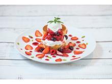 輪切りいちごとソースで彩る「ファンタジーストロベリーパンケーキ」が登場!