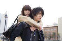 飯島寛騎が浅川梨奈をおんぶ、『悪魔とラブソング』原作再現シーン写真