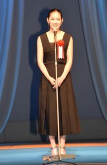 吉本実憂、黒ドレス姿で大胆背中みせ 新人女優の評価に「これからも精進」