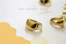 さりげないネコ型のシグネットリングで手元を格上げ。保護猫の手助けにもつながるネコリパの新作がステキです