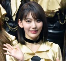 宮脇咲良、美脚&お腹チラリなオフショット「天使」「可愛い!!綺麗!!!天才!!!!」