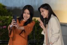 """有村架純&芳根京子が""""ほろ酔い2ショット""""撮影 『コントが始まる』場面写真が公開"""