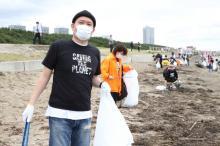 吉本芸人、千葉「幕張の浜」で清掃活動 世界旅の千原せいじ「ゴミ問題は教育から」