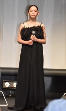 浅川梨奈、黒のロングドレスでデコルテ全開 オールバックでイメージ一変