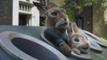 """『ピーターラビット2』""""ウサギたたきゲーム""""で人間を翻ろう【本編映像】"""