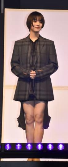 池田エライザ、シックなミニスカ姿で美脚チラリ