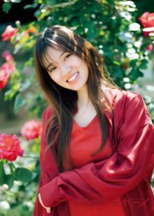 乃木坂46寺田蘭世、真っ赤なドレスで小旅行グラビア リラックスした表情が印象的