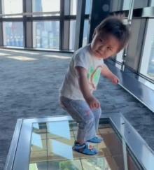 初めての東京タワーの高さにフリーズする1才男の子に800万再生「やりやがったなみたいな顔してる」