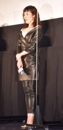 寺島しのぶ、タイトなレザー衣装で登場 デコルテ&ボディラインあらわ