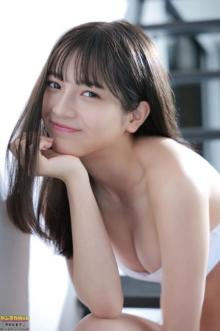 """""""18歳の新星""""黒嵜菜々子、『ヤンマガ』初グラビア秘蔵カット公開"""