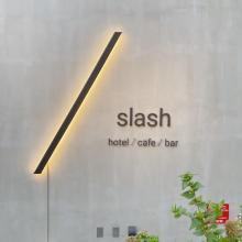 ホテル滞在中のシーンがTシャツに!「slash 川崎」と人気アーティストのコラボグッズが気になります