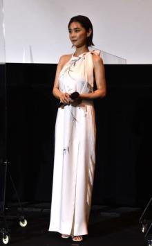 倉科カナ、白の肩出しドレスで魅了 『七つの大罪』最高神役に奮闘「すごく緊張しました」