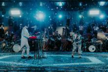 YOASOBI、ユニクロオフィスで生配信ライブ 28万人が同時視聴