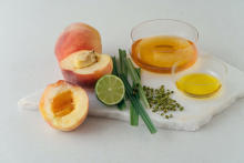 これで暑い夏も乗り切れそう。ミスチシェフ考案、「桃のコンポート。レモングラスの香り」レシピが公開