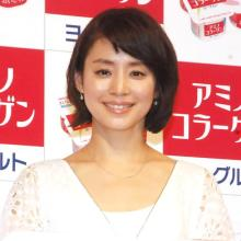 """石田ゆり子、""""だらけた""""自宅ショットにファン歓喜「散らかっててもオシャレ」「絵になる!」"""