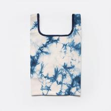 シンプルな夏のスタイリングとも相性抜群。帆布の老舗「タケヤリ」のエコバッグから藍色のタイダイ柄が登場