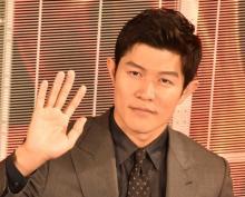 """鈴木亮平""""悪のカリスマ""""に充実感 共演者も撮影現場でビビる「やべー奴が来た」"""