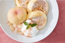 奇跡のパンケーキ×旬の白桃が丸ごとオン。20日間だけの真夏のご褒美がFLIPPER'Sにお目見えです