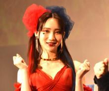 ファーストサマーウイカ、ハーレイ・クイン風の赤ドレスで華麗に登場