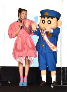 仲里依紗、ミニスカワンピで美脚ちらり しんちゃん声優の夢実現に感慨「本厄なんですけどね(笑)」