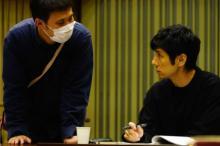 濱口監督の話に熱心に耳を傾ける西島秀俊、映画『ドライブ・マイ・カー』撮影の舞台裏