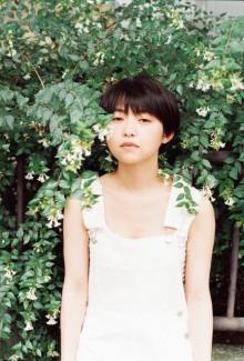 伊藤万理華、白サロペットでナチュラルな美しさ 夏を感じるノスタルジック・グラビア