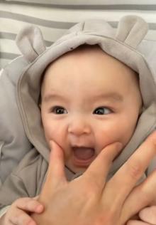 ママとの歌遊びに喜ぶ、甘えん坊な0才児の反応に300万再生「天使」「悶えてます」