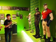 なだぎ武が『DC展』を鑑賞 ブラッドスポート&ピースメイカーの衣装が世界初展示